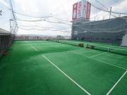 3面の屋外テニスコート
