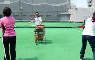 テニスレッスンの熱血指導風景